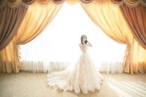 sposa in abito in attesa del matrimonio