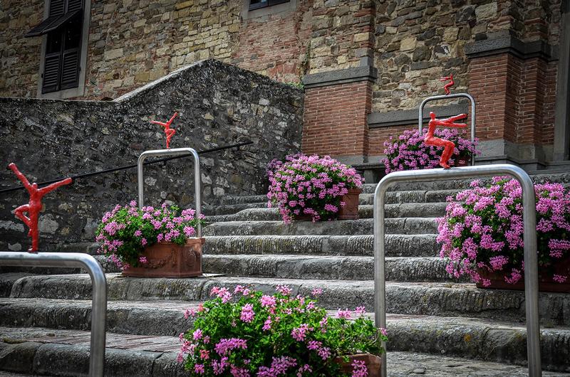 Le opere accompagnano il visitatore dalla piazza di Panzano