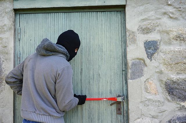 furti a firenze ladro scassina porta